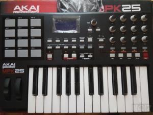 AKAI MPK25 (midi controller)