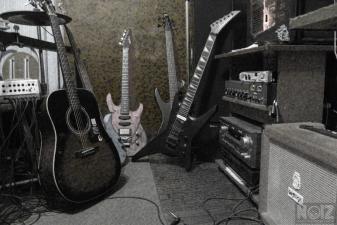 Ντραμερ -μπασιστας- ηχολήπτης-μουσικός παράγωγος