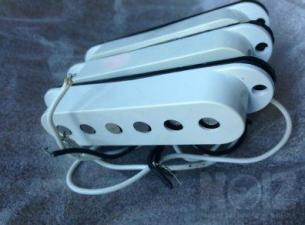 Made in Usa 3 Single Coils από Fender Highway One + λευκό pickguard από Standard Mexico