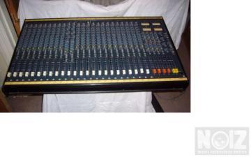 Soundcraft 200b 24channels analogue mixer