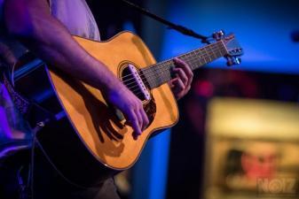 Τραγουδιστής -τρια που να παίζει και κιθάρα ή πλήκτρα γ